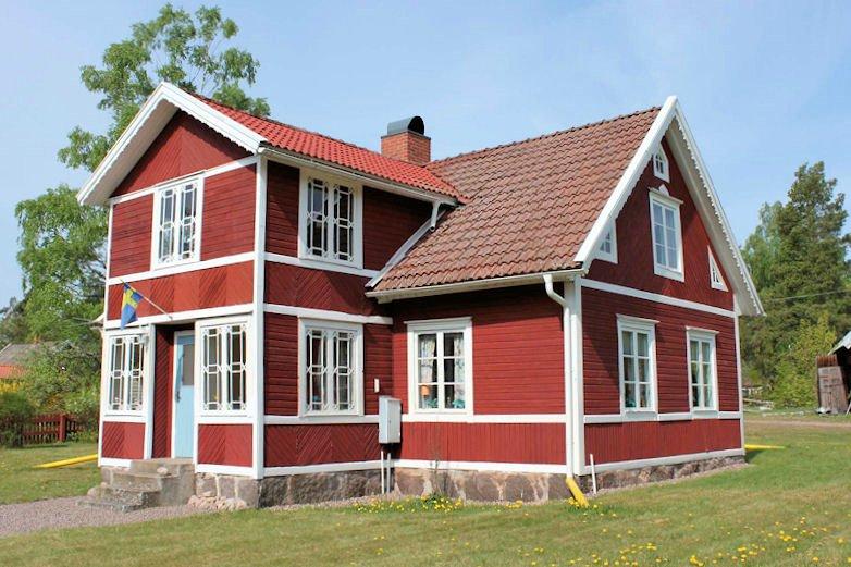 bilder aussen rockneby klassisches schwedenhaus in ruhiger minidorflage auf dem lande. Black Bedroom Furniture Sets. Home Design Ideas